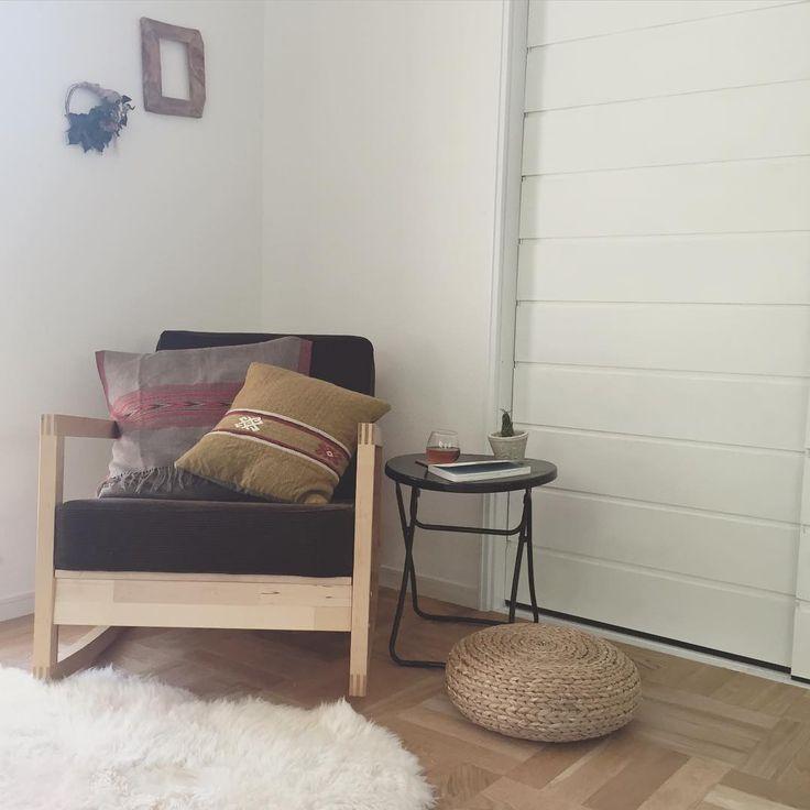 . 私が1番よく過ごす場所に 飾らせてもらいました♡ . ゆらゆらするこの椅子は いつだろ〜‥‥ 独身時代にIKEAで購入して カバーを変えてずーっと 使っています♡* . . #interior#myhome#myhouse #living #livingroom#ikea #リノベーション#リノベ#戸建リノベーション #マイホーム#マイホーム記録#新居#インテリア #海外インテリアに憧れる#お家#暮らし #グリーンのある暮らし#オールドキリム #キリムクッション#ムートンラグ#リース #パーケットフロア#パーケットフローリング #パーケット#リビング#ニトリ#無印良品