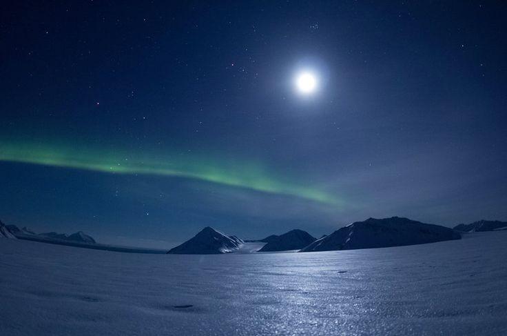 Aurora boreal e lua na região de Svalbard, na Noruega                                                                                                                                                      Mais