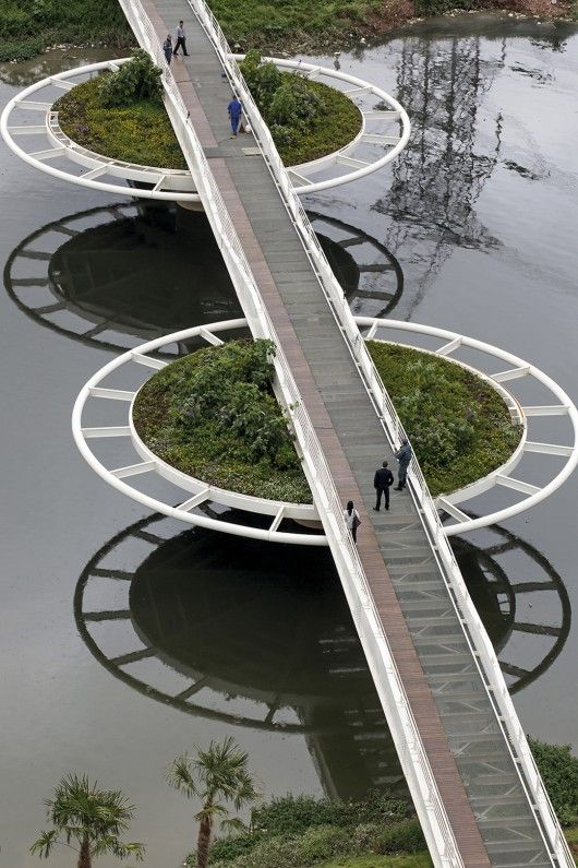 Besides connecting the two sides of the canal, the bridge generates a place to contemplate the landscape. Two metallic islands over concrete pilotes surve as support for the 90 meters lenth bridge. Those metallic islands are covered by vegetation, a reference to water-lilies, which were the conceptual reference for the project.