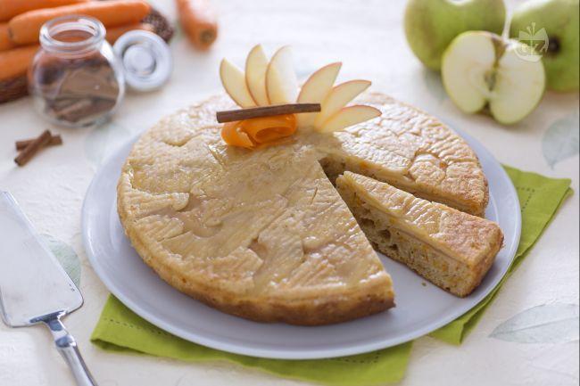 La torta di mele e carote è un dolce morbido, profumato e gustoso, arricchito con mele verdi a dadini, carote grattugiate sottilmente e cannella.