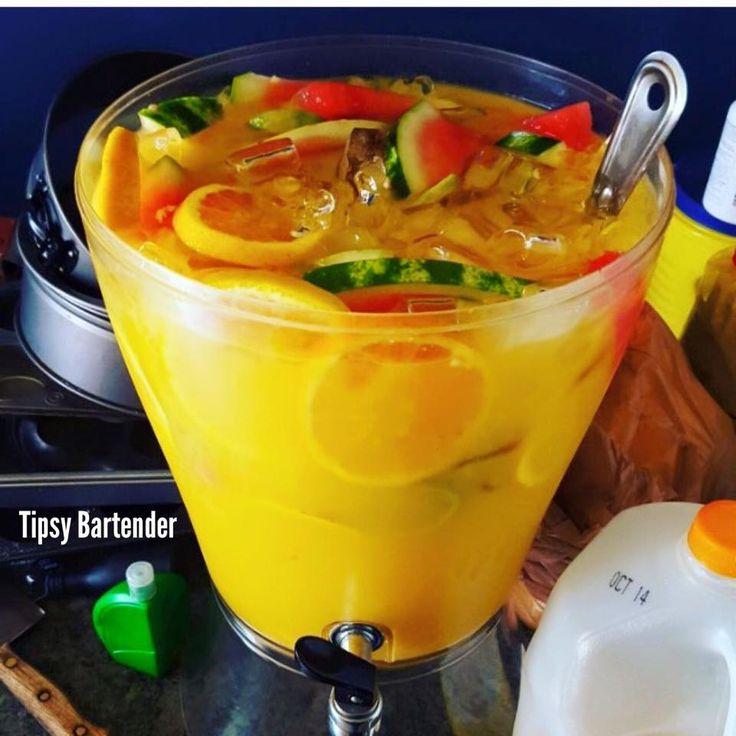 Aprendamos a preparar El Jugo de la Selva (Destorm's Jungle Juice) 1 botella de ciroc de coco 1 botella de jugo de limón 1 bolsa de hielo 1 botella de peachsnaps 1 mini sandía 2 latas de piña picada 2 latas de mango picado 2 latas de fruta cocktail 1 litro de jugo de piña 1 litro de jugo de naranja 4 naranjas 6 limas #tips #bartender #drink #juice