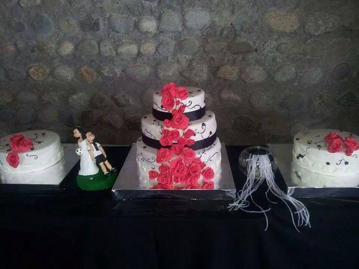 MARAVILLOSA TORTA DE NOVIOS con rojas rojas y arabescos