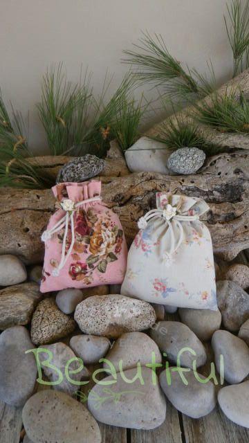 Πρωτότυπες μπομπονιέρες. Μπομπονιέρα γάμου πουγκιά, floral με λουλουδάκια χειροποίητο.