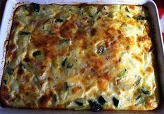 Pastel express de calabacín / 3 huevos - Un vaso de leche - Un calabacín grande - Tacos de jamón serrano - Tacos de queso - Ajo molido, pimienta y s