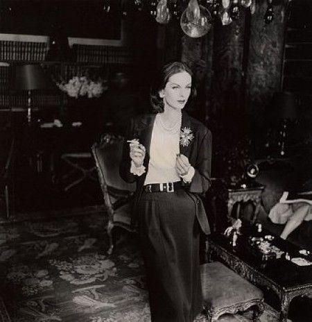 * Mannequin de Chanel fumant ca.-1955 Photo Henry Clark