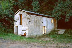 Convertir un antiguo establo del 1780 en ruinas en una sala de  exposiciones, ese era el propósito de este proyecto. Para ello los  arq...