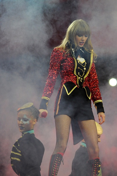 This costume she wore was amazing, i hope she uses this for the tour!!