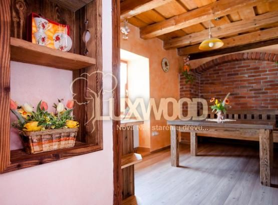 interiér ze starého dřeva.
