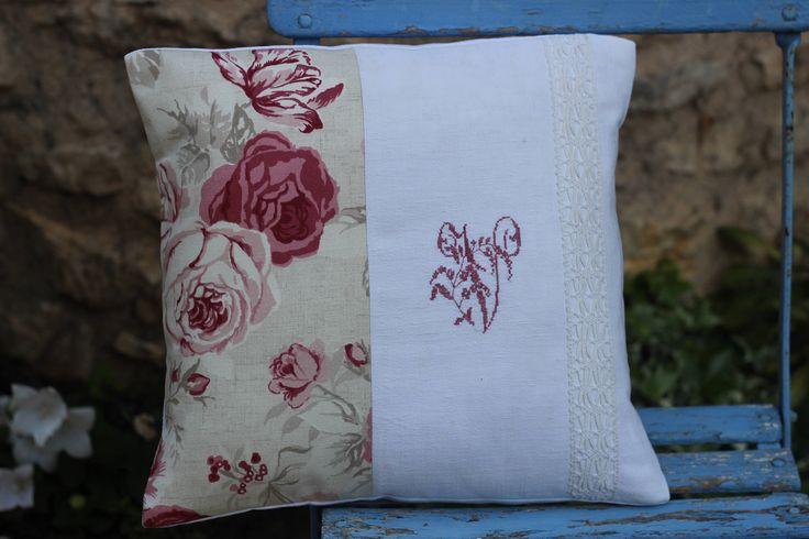 coussin en lige ancien toile de lin tissu cabbage monogramme V de la boutique atelierdeugenie sur Etsy