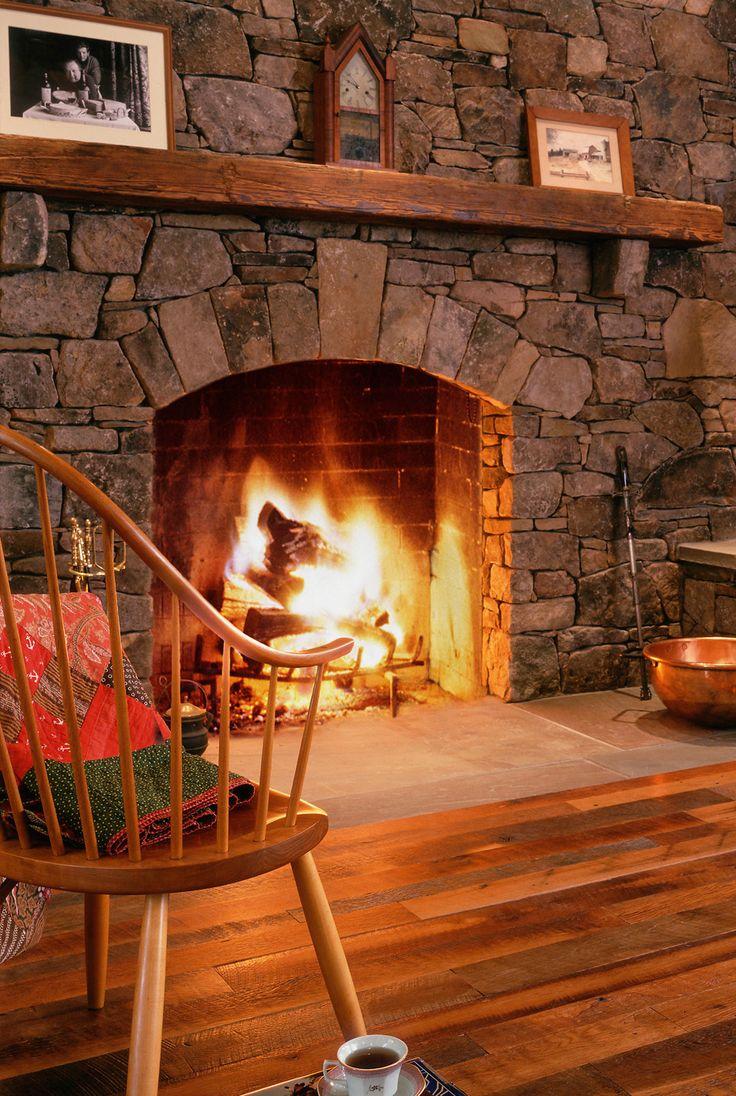 Lareira revestida de pedra é garantia certa de aconchego a sua casa.