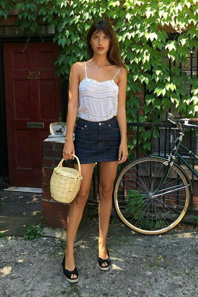 Jeanne Damas, blusa branca de alcinha, saia jeans azul escuro, espadrilha preta, parisian style