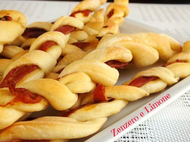 I grissini al prosciutto sono uno snack semplice da preparare. Sono ottimi come antipasto o da servire in un buffet e davvero molto golosi.