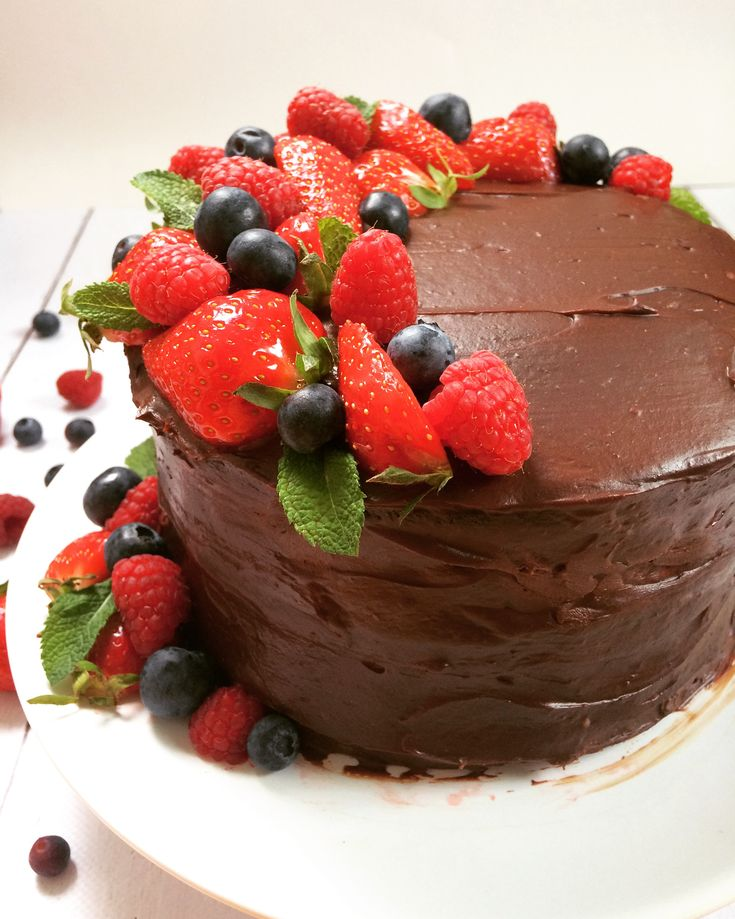 """Tegnap a kislányom hangos, """"csokitortát szeretnééék"""" felkiáltással ugrált ki a konyhába...mondjuk gyanús, hogy a férjem keze is benne van a dologban, de ő persze tagad minden ilyen irányú vádat... ;)  Viszont az is igaz, hogy elég régóta csak olyan édességek készülnek - nagyon kevés kivétellel - amik inkább az egészséges kategóriába tartoznak, és mivel imádom a kiscsaládot, naná, hogy szívesen teszek a kedvükre <3"""