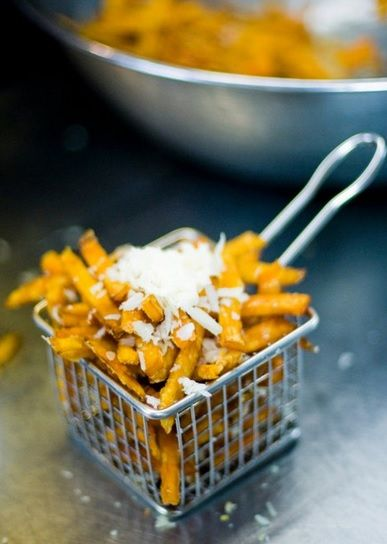 This deep fryer-inspired basket is a fun and unique food presentation while making it easy for your guests to enjoy fries during cocktail hour! Catering by Made by Meg