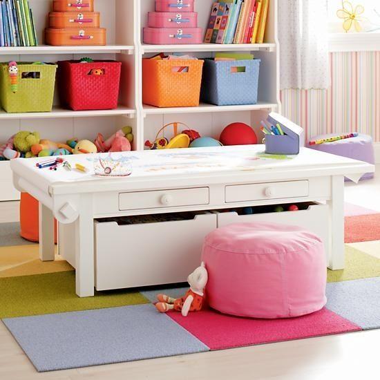 Behälter unter dem Spieltisch sind eine weitere Möglichkeit, Platz zu sparen und Stauraum zu schaffen. | 41 schlaue Ideen, wie Du die Zimmer Deiner Kinder toll organisieren kannst