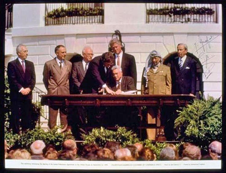 13 septembre 1993 à Washington, Mahmoud Abbas paraphe les Accords d'Oslo. De gauche à droite : Shimon Peres, Andrei Kozyrev, Yitzhak Rabin, Bill Clinton, Yasser Arafat, Warren Christopher