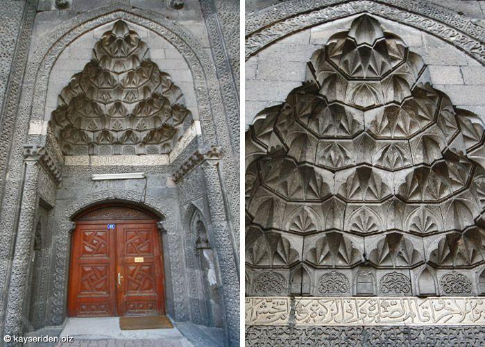 Hacı Kılıç Camii'nin cami içine açılan taç kapısı (Kayseri)