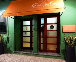 GORALAI . Pequeño y coqueto restaurante de vivos colores naranjas y verdes que lo hacen moderno y acogedor a la vez. Las paredes están decoradas con cuadros de pintores aragoneses de renombre como Jorge Gay, Villarrocha y otros.