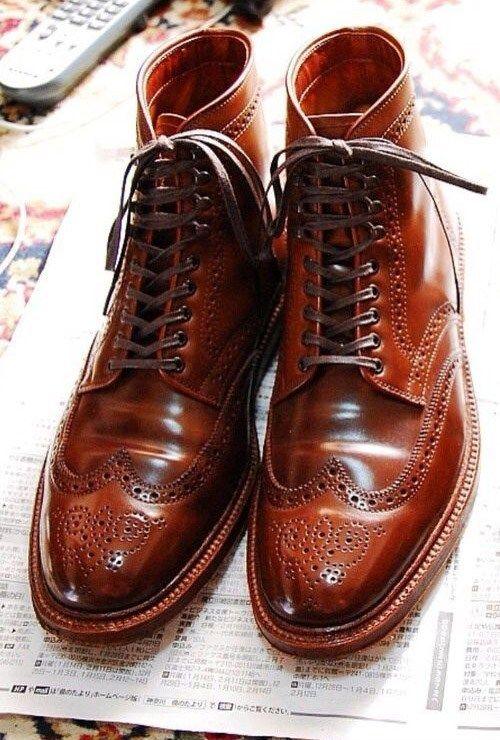 Коричневые ботинки с красным отливом