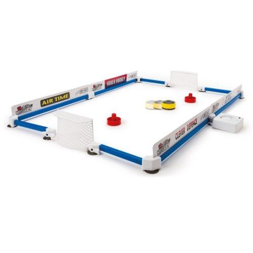Les enfants installent le terrain de hockey sur une table, celui-ci tient grâce aux ventouses fixées aux barrières. Le but est d'envoyer le palet dans le but de l'adversaire à l'aide de sa palette. Entre deux parties, le palet se recharge grâce au chargeur inclus. A la fin du match, les enfants peuvent démonter le terrain de hockey très facilement et ranger tout le matériel dans son sac de transport.