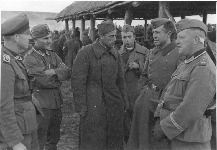 German NCOs talking with Red Army  prisoners. Many older German soldiers, who had trained in Russia before the war, spoke passable Russian that came handy after the invasion.
