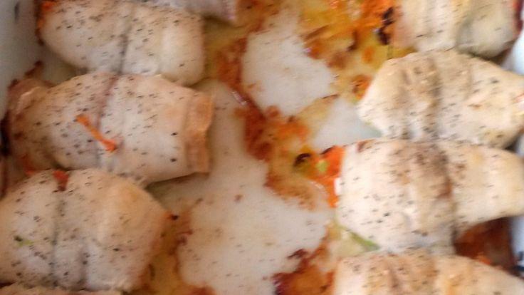 Små rødspettefileter fylt med gulrøtter, vårløk og smør bakes i stekeovnen. De…