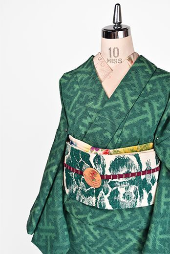 深い森のような緑のバリエーション美しく織りだされた紗綾形文様がレトロモダンなウールの単着物です。