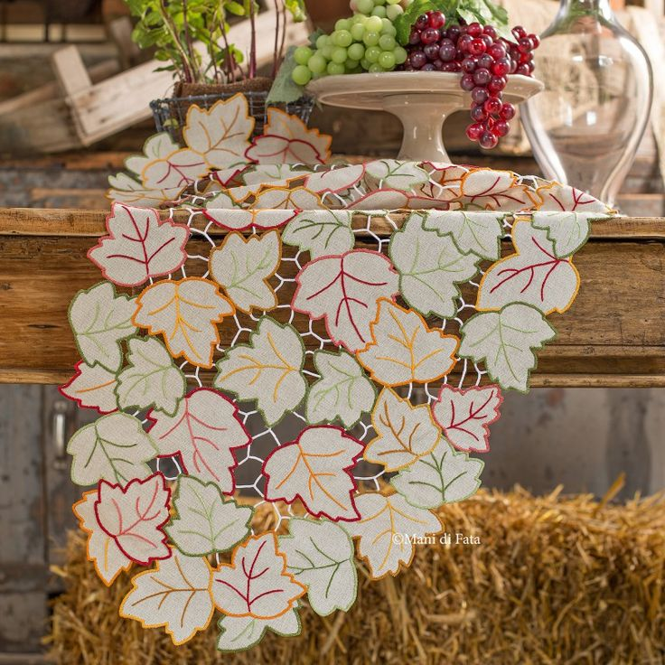 Scoppia l'Autunno! Vieni a scoprire il nostro taglio tela in misto lino greggio disegnato per realizzare la lista ovale ricamata ad intaglio con motivo foglie.