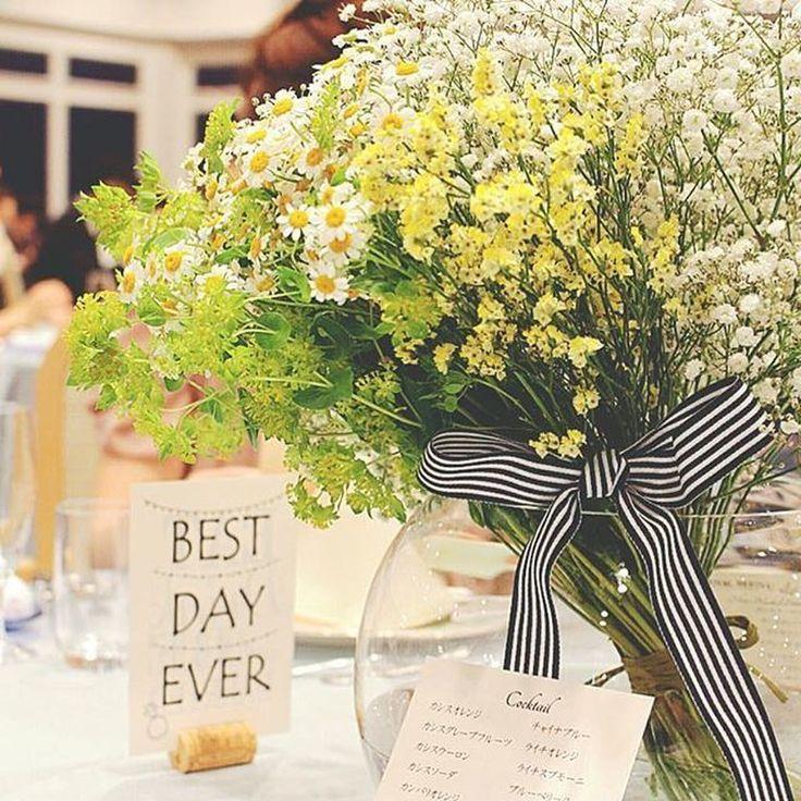 ゲストテーブルの装花はグリーンとイエローとホワイトで♡予想外に大きかったという花束は、フローリストさんが「大サービス」してくれたそう。ご新婦さまご指定のストライプのリボンでまとめられているのも、とってもおしゃれ。センスが光ります*