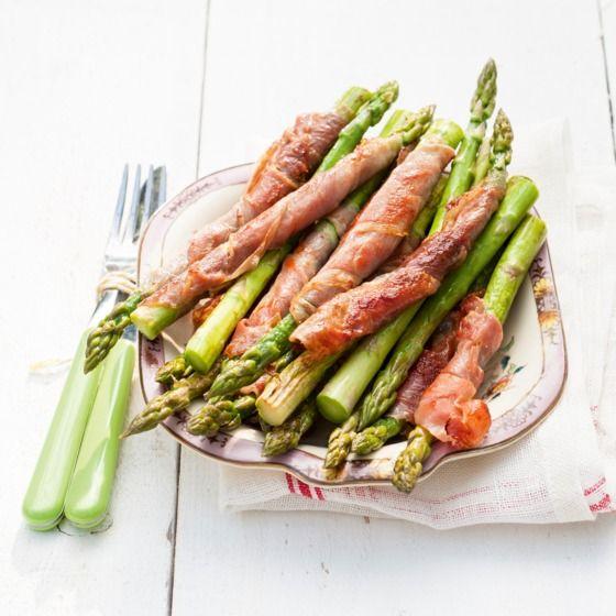 Groene asperges met parmaham en pesto - Deze asperges zijn lekker om te dippen in pesto. #recept #onthego #JumboSupermarkten