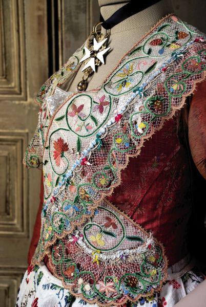 """Arlésienne vers 1780, croix maltaise, palatine en tulle de soie brodée, """"corps dur"""" en soie brochée, baleiné."""