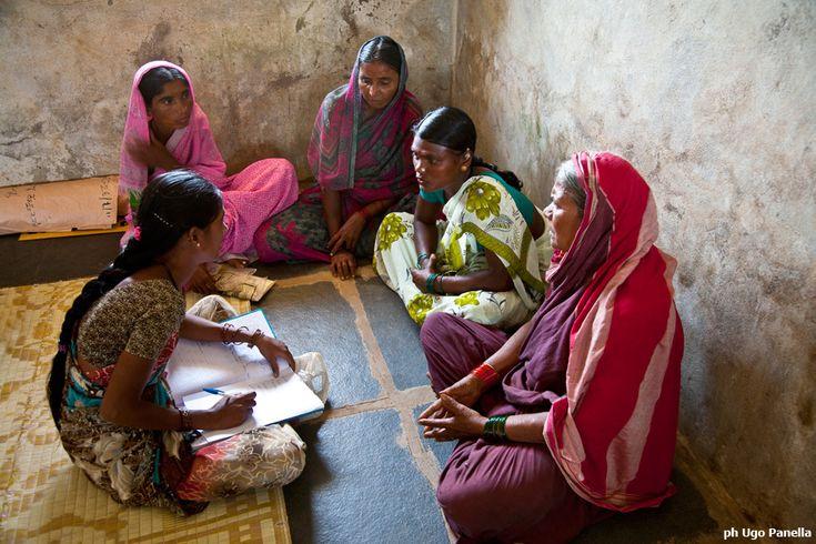Gli incontri dei gruppi di risparmio diventano uno spazio dove discutere anche di problemi personali o sociali e momenti per aumentare la solidarietà della comunità.