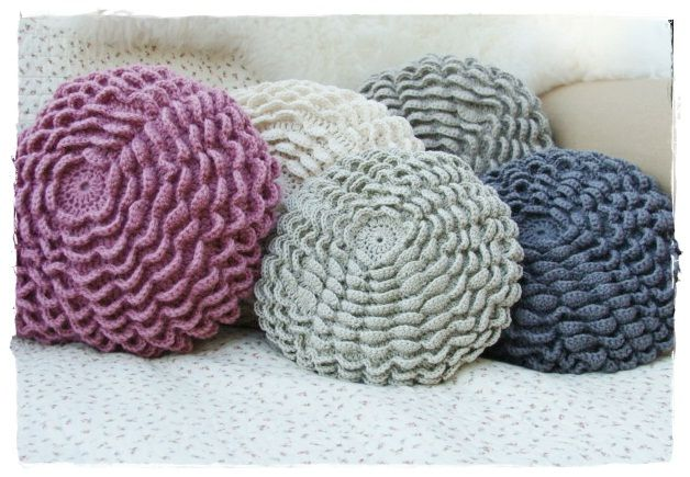 * Crochet Cushion * tutorial - these are so pretty and feminine - I bet they soft and would feel so good against the skin too! ༺✿ƬⱤღ https://www.pinterest.com/teretegui/✿༻