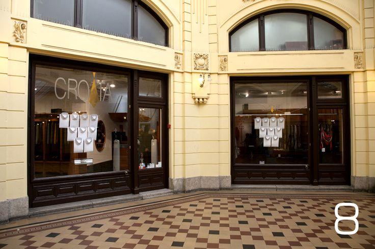 – Croatin dizajn u košuljama Dubrovnik suvremeno korespondira s vremenom u kojem živimo, ali je jednako tako i bezvremenski. Znakovi kvalitete izrade su naglašeni, a detalji decentni, no opet od ključne važnosti. Silueta je snažna, odaje dojam luksuza i moći. Osjećate se zaštićeno i ugodno – komentirao je jedan naš akademik u salonu osoblju u trenutku kad si me kupovala. I imao je pravo. … Znala si da ćeš se vratiti.