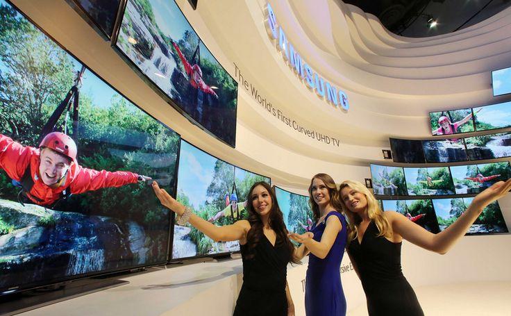 Samsung estrenó en CES 2014 un televisor que pasa de ser plano a curvo con un sólo botón.