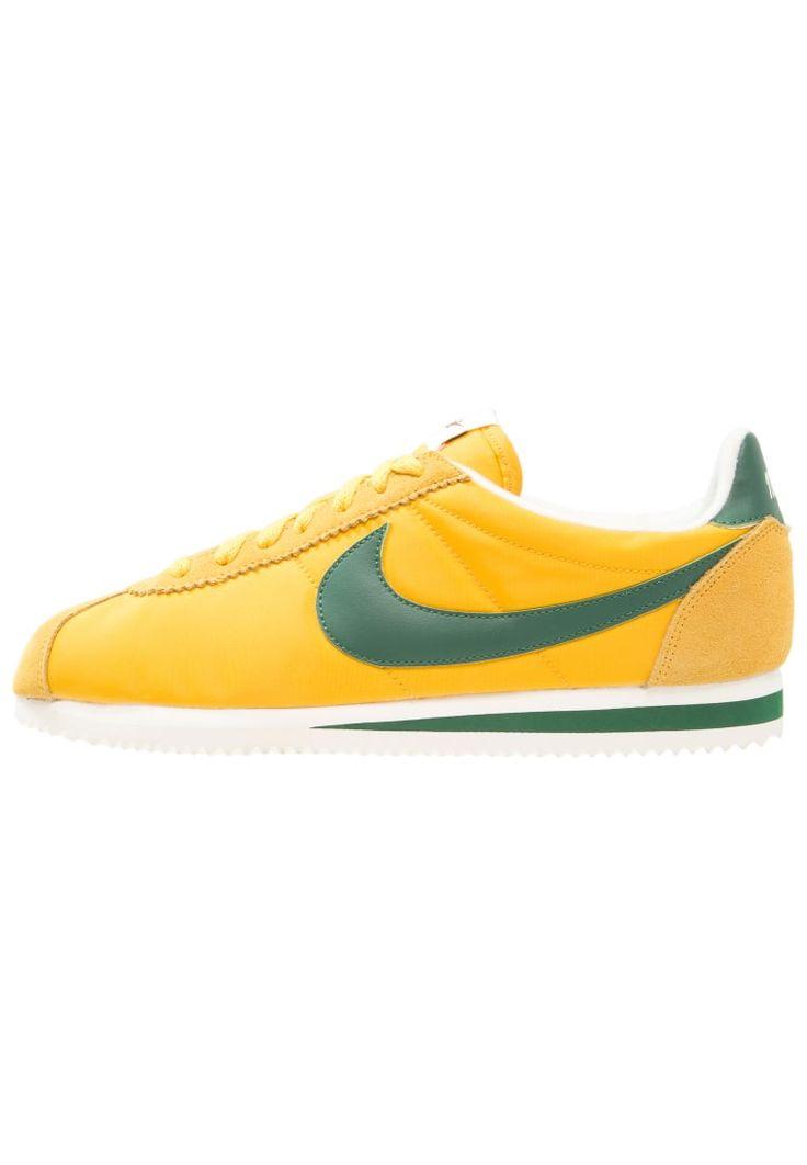 ¡Consigue este tipo de zapatillas básicas de Nike Sportswear ahora! Haz clic para ver los detalles. Envíos gratis a toda España. Nike Sportswear CLASSIC CORTEZ PREMIUM Zapatillas yellow ochre/gorge green/sail: Nike Sportswear CLASSIC CORTEZ PREMIUM Zapatillas yellow ochre/gorge green/sail Ofertas   | Material exterior: cuero/nylon, Material interior: tela, Suela: fibra sintética, Plantilla: tela | Ofertas ¡Haz tu pedido   y disfruta de gastos de enví-o gratuitos! (zapatillas básicas, ...