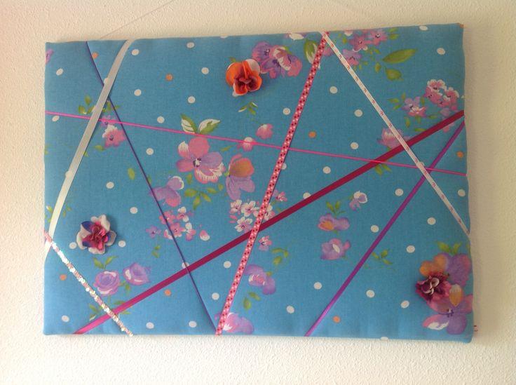 Memobord SpullieS met felle kleuren en mooie linten in een speelse samenstelling. Geluidsdempend schuim gebruikt tussen de stof en het canvas voor de juiste dikte.
