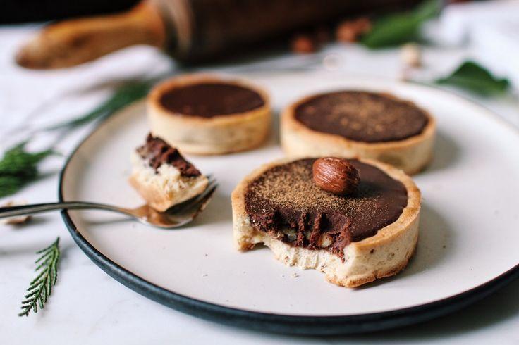 Tartelettes au chocolat, noisettes, épices et érable http://www.royalchill.com/2016/11/18/tartelettes-au-chocolat-epices-noisettes-et-erable/