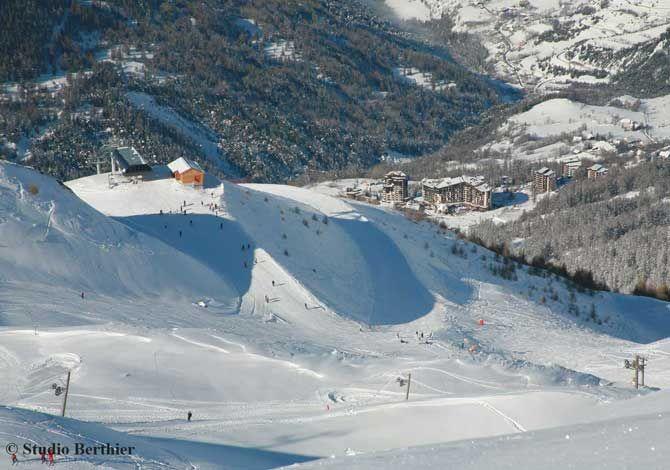 A 1650 mètres d'altitude, les Orres, station familiale labellisée Famille +, propose un domaine skiable de 100 km de pistes accessibles à tous et un ensemble d'équipement et d'activités pour agrémenter les séjours des petits comme des grands.