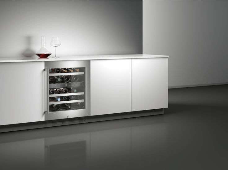 With two independently controlled climate zones and capacity of 34 bottles, the wine climate cabinet RW 404 allows professional wine storage in an exceptionally small space.