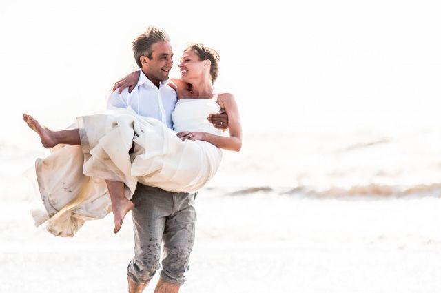 #bruid #bruidegom #strand #wedding #bruiloft  Trouwen in Breakers Beach House in Noordwijk   ThePerfectWedding.nl   Fotocredit: Robert Land Fotografie