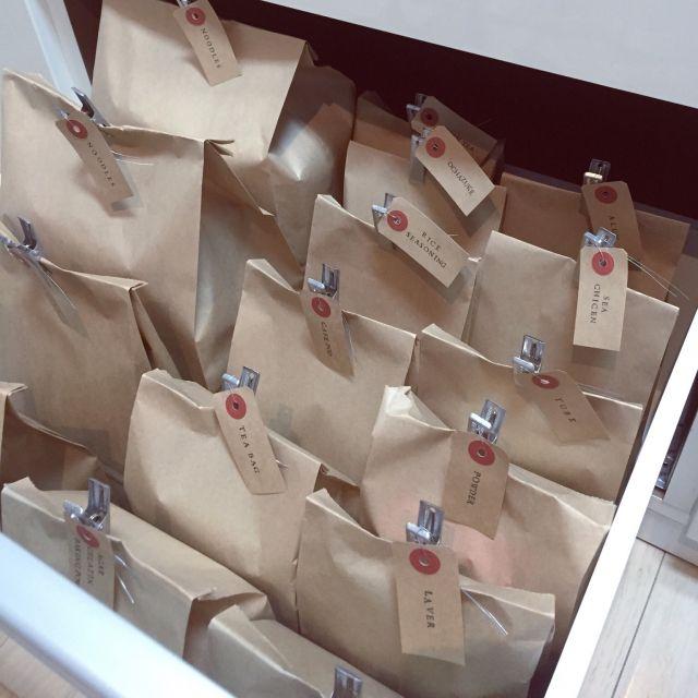 女性で、2LDK、家族住まいの部屋全体/コンテスト参加中/ハンドメイド/カフェ/プチプラ/塩系インテリアの会…などについてのインテリア実例を紹介。「食品のストックは紙袋収納♡♡  茶色の紙袋に入れると なんとなく外国っぽい感じがします♡♡」(この写真は 2016-03-21 07:54:18 に共有されました)