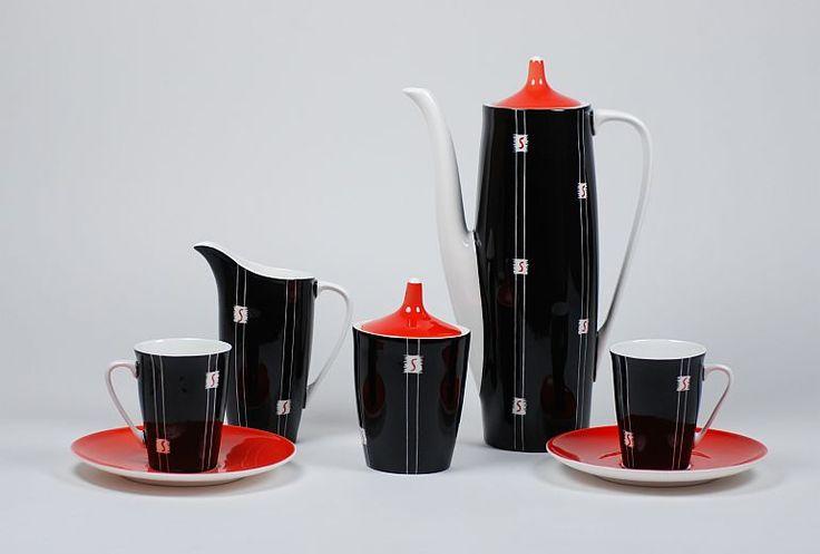 """Projektant: Wincenty Potacki: Serwis Goplana, Wzór z roku: 1960 - Porcelana Ćmielów Każdy element zestawu jest ręcznie malowany farbą ceramiczną, a następnie poszczególne elementy dekoracji są """"wydrapywane"""", aby uzyskać tej wyjątkowy wzór."""