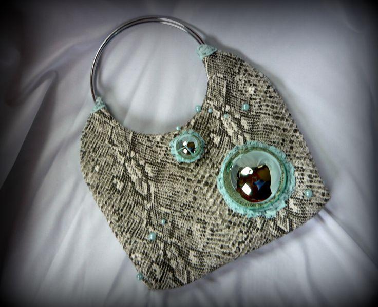 Buboréktáska-Handmade by Judy Majoros: A táska kígyómintás textilbőr alapra készült, két fém karika fogantyúval.  A buborékokat egy tusfürdős flakon kupakjából, valamint a hozzá tartozó testápolós tégely tetejéből készítettem. Különböző ragasztásos, és varrási technikákkal rögzítettem a táskához, míg tökéletesen fix nem lett.