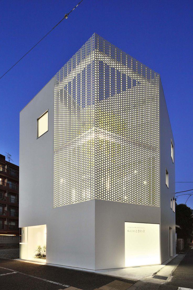 Company Building in Kanagawa est une entreprise d'étude de matériaux de construction locaux. Le studio d'architectureHMAA, basé au Japon, conçoit le plan du bâtiment de façon à articul…