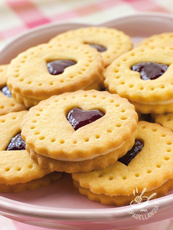 Hearts filled with vanilla and chocolate - Cimentatevi nei Cuoricini farciti con vaniglia e cioccolato, da servire con un tè o da regalare, in una bella scatola di latta, per una occasione speciale.