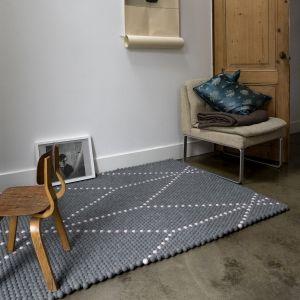 Dot teppe fra HAY er laget i 100% ull og består av små filtkuler med mer enn 1000 kuler i hvert teppe. Dette er et teppe som detføles godt å gå på og har en masser