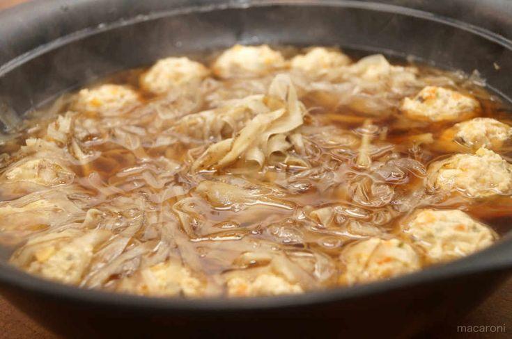 寒い季節に鍋料理はかかせませんね♪そこで今回は、寒がりな飲んべえにとっても嬉しい、お酒と相性ばっちりな鍋料理をご紹介。たっぷり2本のごぼうと鶏団子というシンプルな具材を使い、上品な味にしました。 (2ページ目)