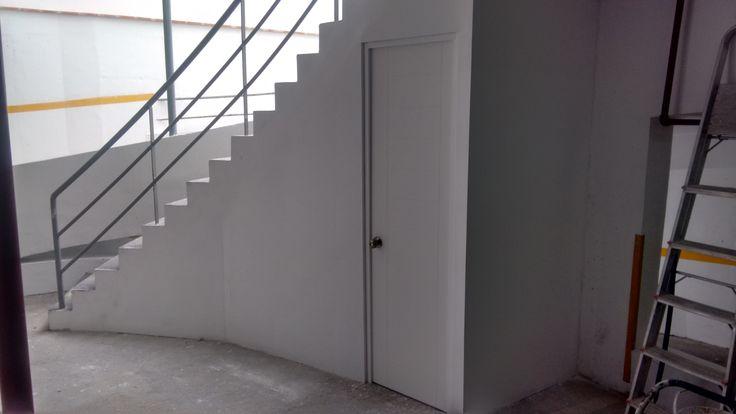 almacén con sistema drywall debajo de escalera en miraflores - lima - Perú ,contactenos rpc:991-887030 o escribanos a info@jmmdrywallperu.com