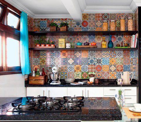 As paredes desta cozinha curitibana eram brancas e sem graça. Para dar uma renovada no visual, a moradora resolveu investir em um mosaico composto por 48 estampas de adesivos que imitam azulejos vintage